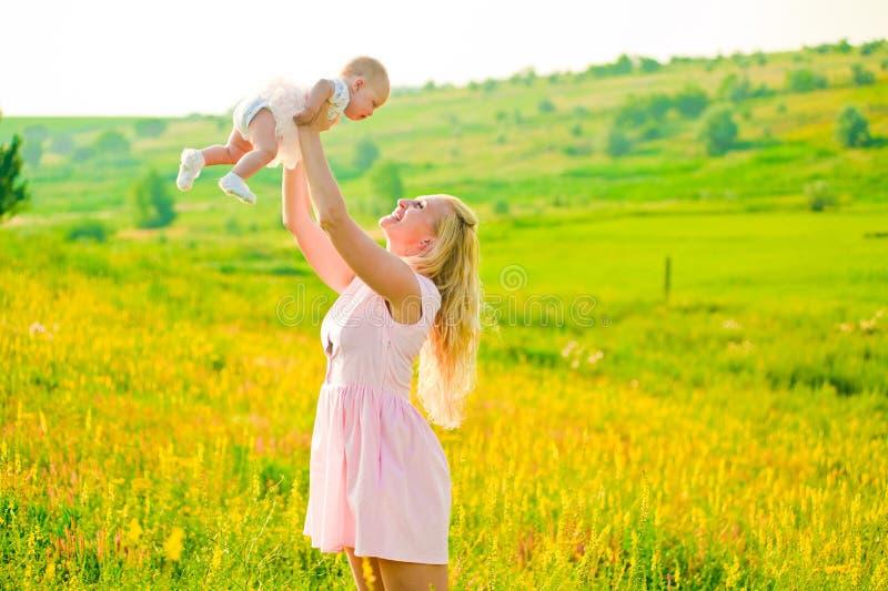 Weinig lachende baby stock foto's