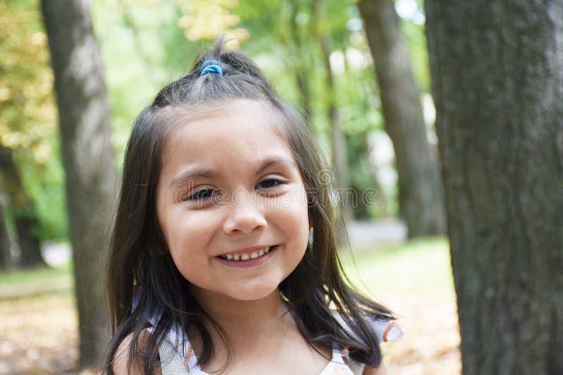 Weinig Latijns meisje die in het park lachen royalty-vrije stock afbeelding