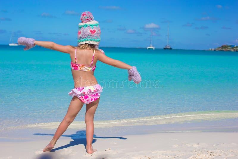 Weinig leuk aanbiddelijk meisje op tropisch strand royalty-vrije stock afbeelding