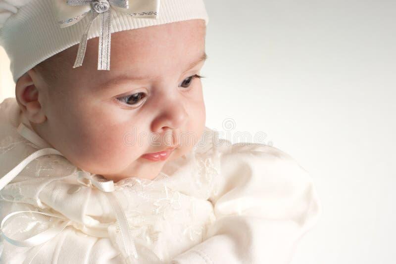 Weinig leuk baby-meisje in wit kostuumportret royalty-vrije stock foto's
