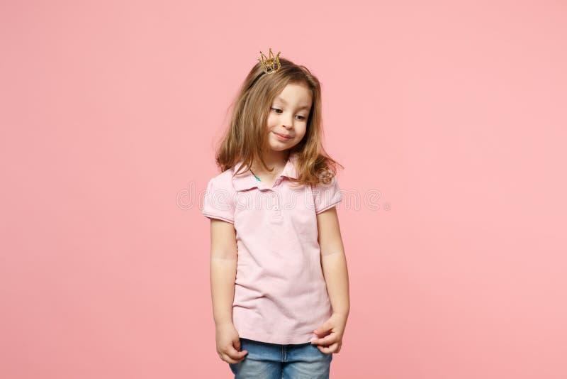 Weinig leuk de babymeisje van het kindjonge geitje 3-4 jaar oude dragende lichte die kleren, kroon op achtergrond van de pastelkl royalty-vrije stock foto