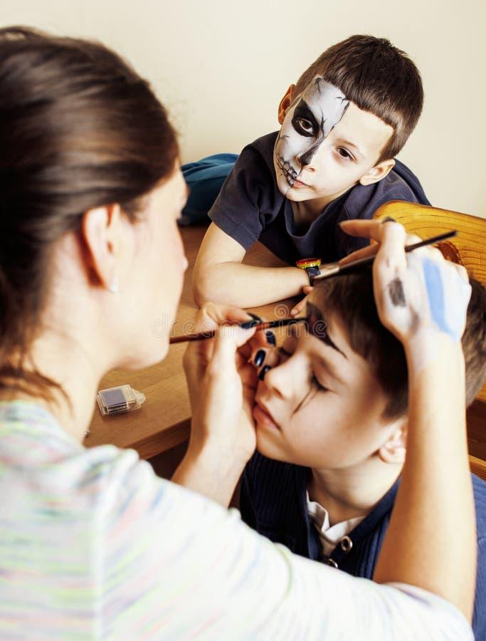 Weinig leuk kind die facepaint op verjaardagspartij maken, zombieapocalyps het facepainting die, Halloween concept voorbereiden royalty-vrije stock fotografie