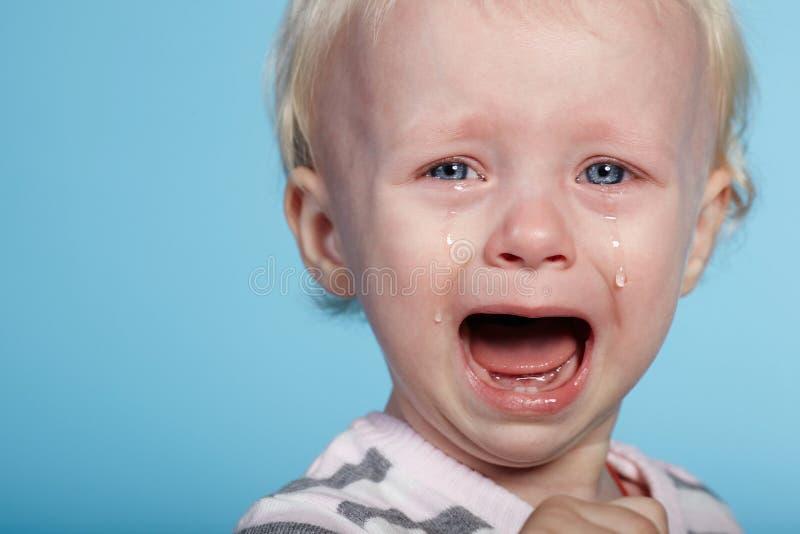Weinig leuk kind met scheuren op gezicht stock afbeeldingen