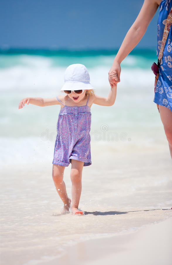 Weinig leuk meisje bij strand royalty-vrije stock foto