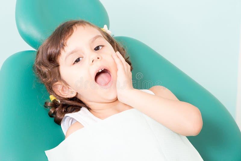 Weinig leuk meisje bij tandkliniek stock afbeelding