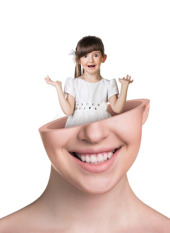 Weinig leuk meisje binnen het hoofd van de open vrouw royalty-vrije stock foto