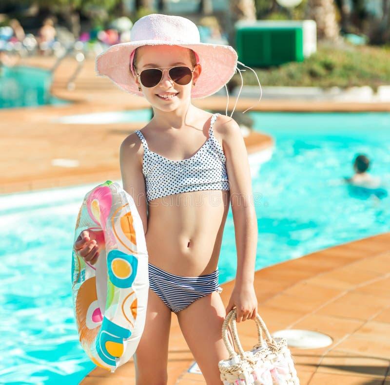 Weinig leuk meisje dichtbij de pool royalty-vrije stock afbeeldingen