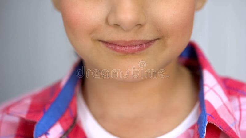 Weinig leuk meisje die aan camera, gelukkig kinderjarenconcept, tedere huid glimlachen stock afbeeldingen