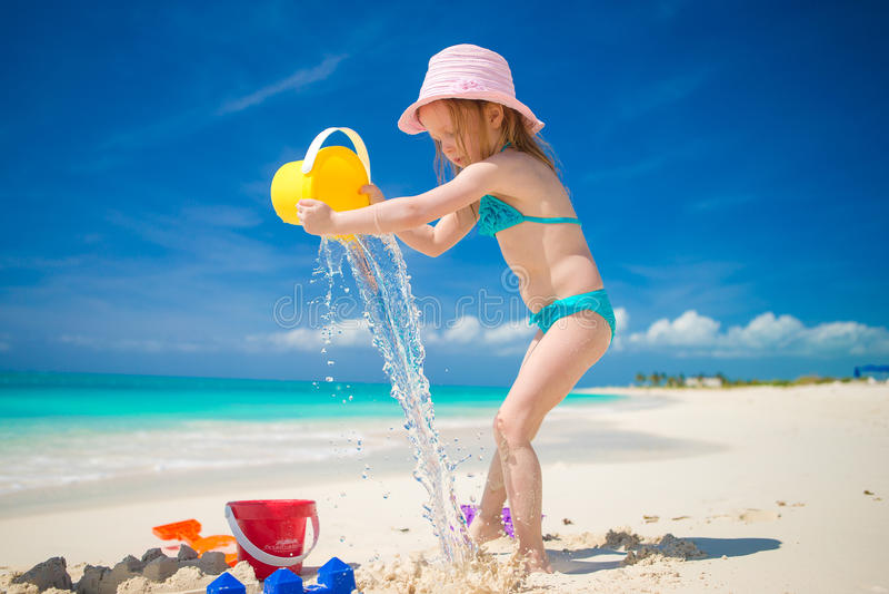 Weinig leuk meisje die met strandspeelgoed spelen tijdens stock fotografie