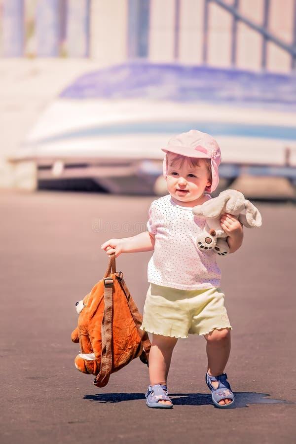Weinig leuk meisje die op vakantie gaan royalty-vrije stock afbeeldingen