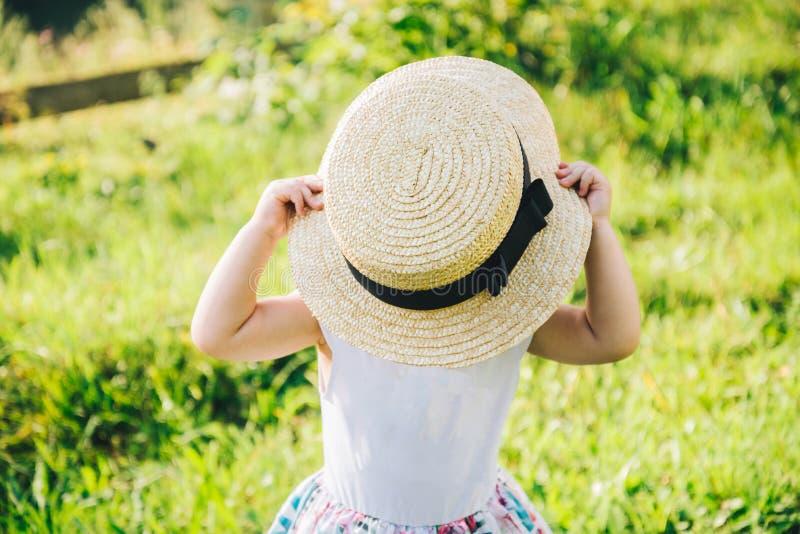 Weinig leuk meisje in het portret van het hoedenclose-up stock afbeelding