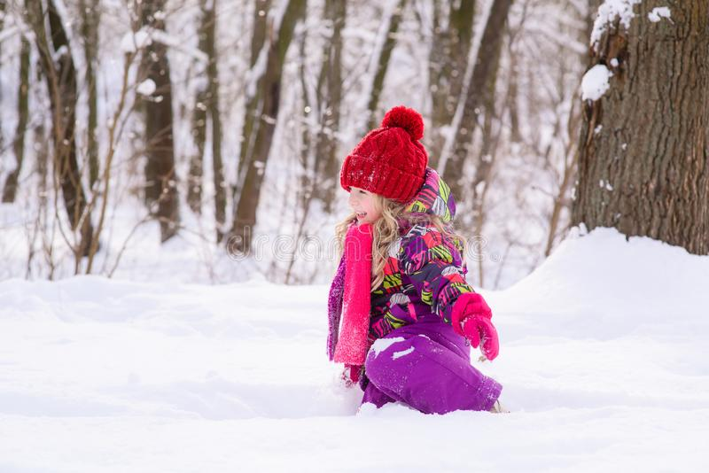 Weinig leuk meisje in sneeuw royalty-vrije stock afbeeldingen