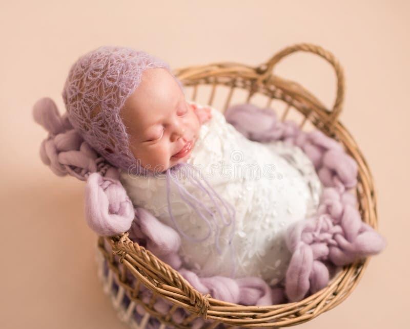 Weinig leuke baby die zoet slapen stock fotografie