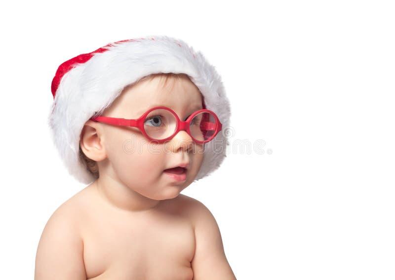 Weinig leuke baby in rode Kerstmanhoed op kleur bacground royalty-vrije stock foto