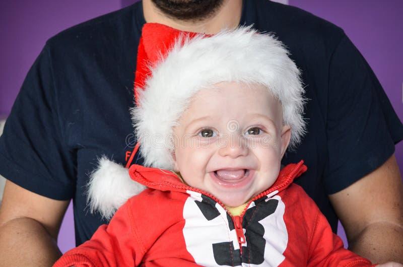 Weinig leuke glimlachende babyjongen stock foto
