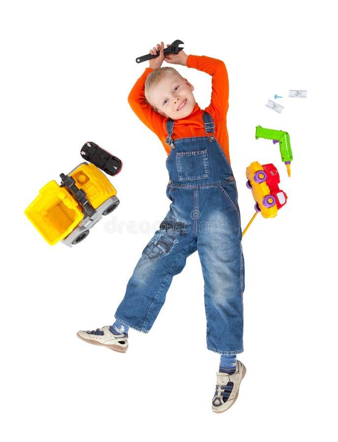 Weinig jongen herstelt stuk speelgoed auto royalty-vrije stock foto