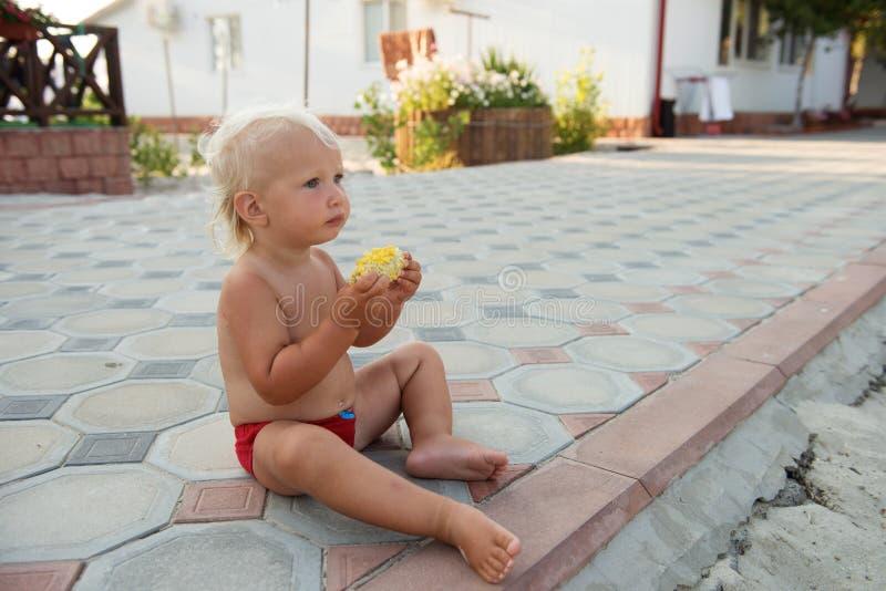 Weinig leuke jongen die met blauwe ogen graan eten royalty-vrije stock afbeeldingen