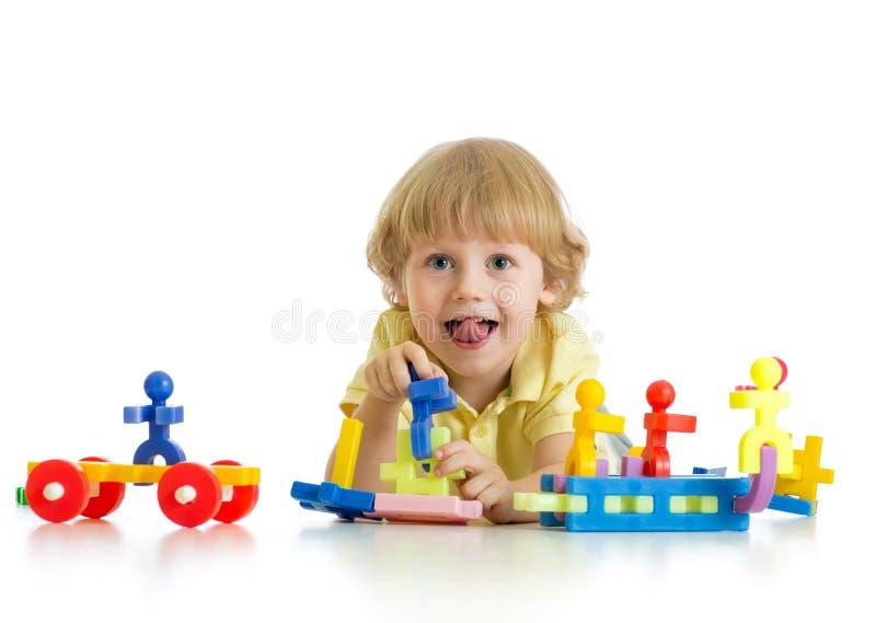 Weinig leuke jongen die met bouwstenen speelt Geïsoleerd op wit royalty-vrije stock afbeeldingen
