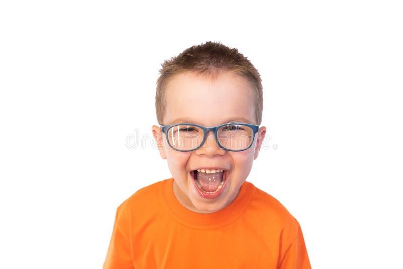 Weinig leuke jongen in glazenpret lachen, geïsoleerd op witte achtergrond royalty-vrije stock afbeeldingen