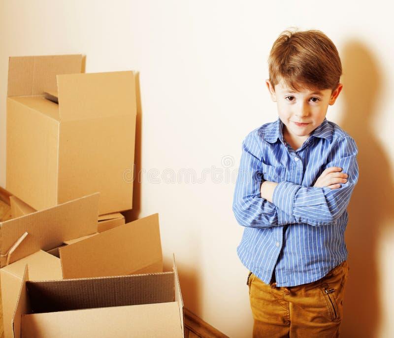 Weinig leuke jongen in lege ruimte, remoove aan nieuw huis alleen huis, royalty-vrije stock foto