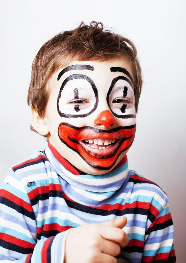 Weinig leuke jongen met facepaint zoals clown, pantomimic uitdrukking stock afbeelding