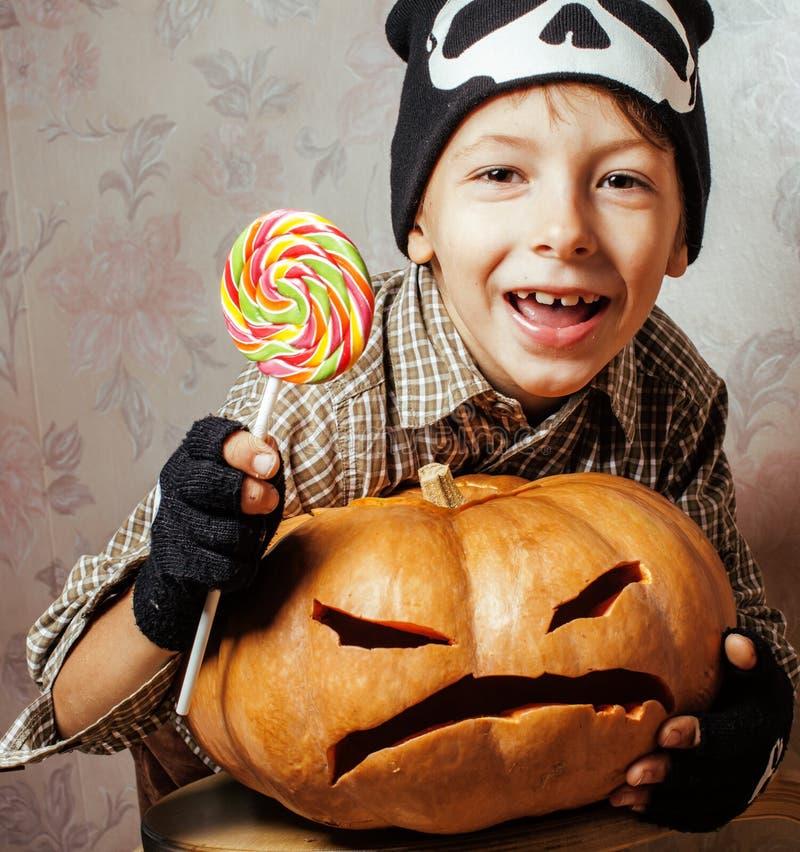 Weinig leuke jongen met Halloween-suikergoed van de pompoen het dichte omhooggaande holding, truc of behandelt het glimlachen stock afbeeldingen