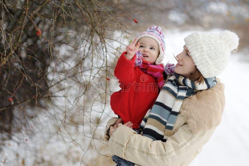 Weinig meisje van de de winterbaby en haar jonge moeder stock fotografie