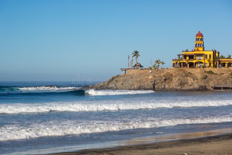 Weinig mensen die van de vroege dag in Todos Santos strand in Baja Californië, Mexico genieten stock afbeelding