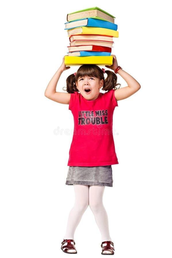Weinig met een stapel zware boeken op hoofd royalty-vrije stock foto's