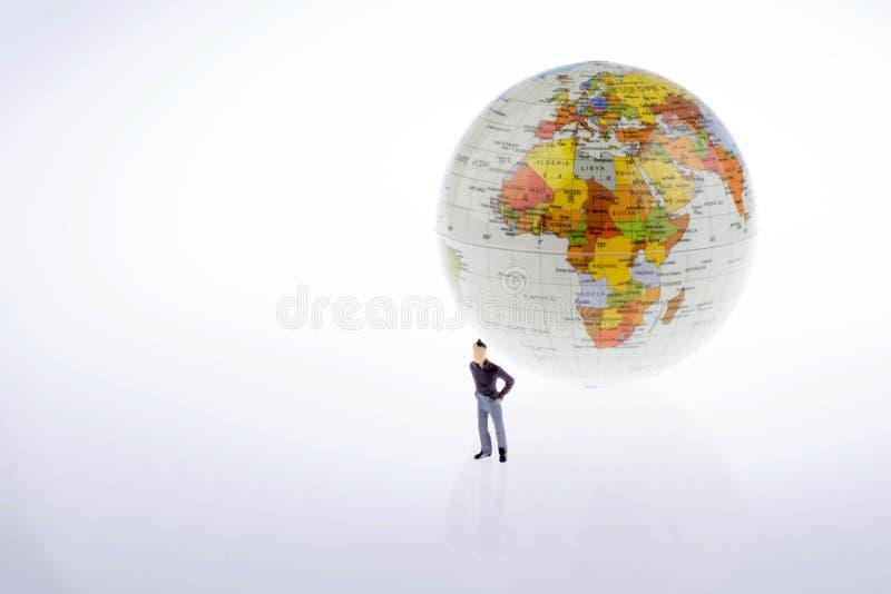 Weinig modelbol door de kant van mensencijfer stock afbeelding