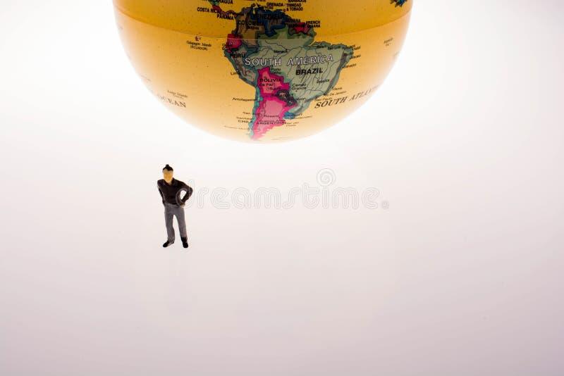 Weinig modelbol door de kant van mensencijfer stock afbeeldingen