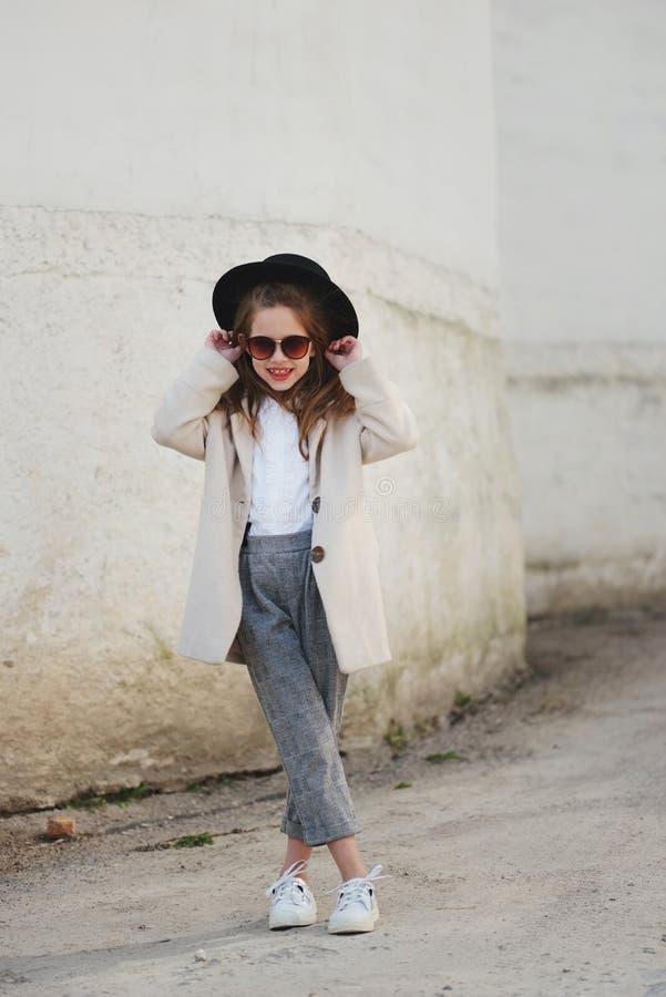 Weinig modern meisjesportret op de straat stock fotografie