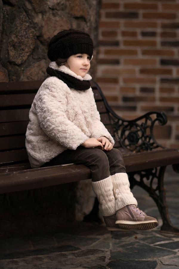 Weinig modieus meisje in warme kleren royalty-vrije stock fotografie