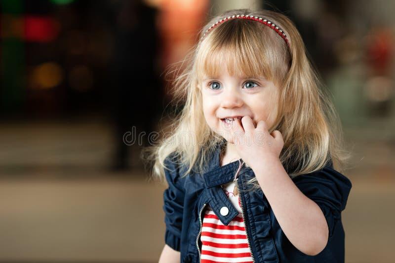 Het meisje was zeer opgewekt toen haar beelden. royalty-vrije stock afbeeldingen