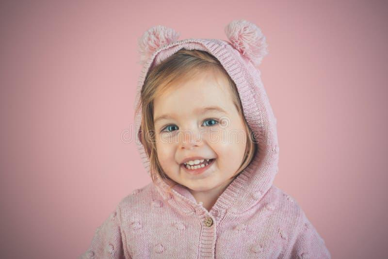 Weinig modieuze schoonheid Het hebben van pret meisjekind het glimlachen Weinig schat Klein gelukkig meisje kinderjaren en geluk stock afbeelding