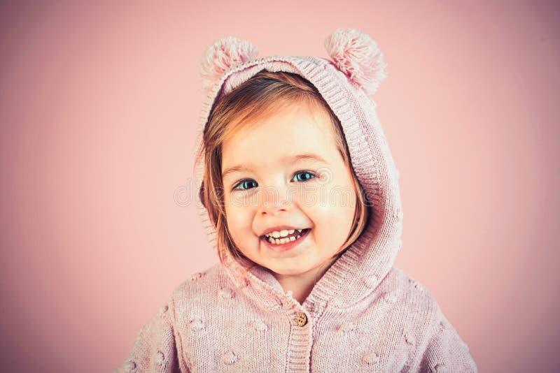 Weinig modieuze schoonheid Het hebben van pret meisjekind het glimlachen Weinig schat Klein gelukkig meisje kinderjaren en geluk royalty-vrije stock fotografie