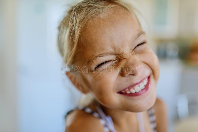 Weinig mooi blionde glimlachend meisje stelt gezichten royalty-vrije stock afbeelding