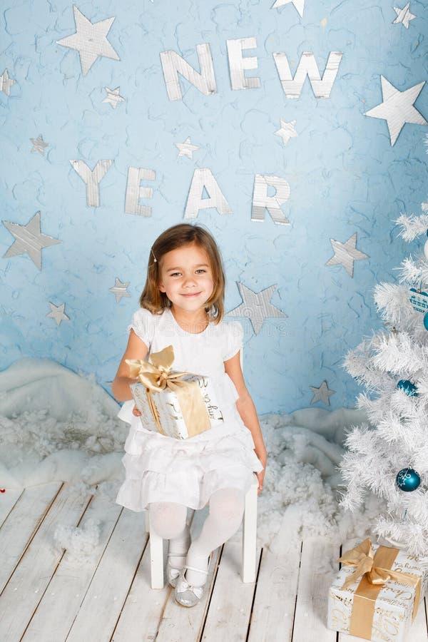 Weinig mooi glimlachend meisje met een gift in hun handen royalty-vrije stock foto's