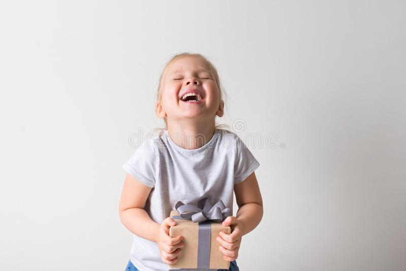Weinig mooi glimlachend meisje met giftdoos op witte achtergrond stock afbeeldingen