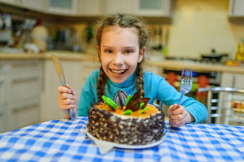 Weinig mooi glimlachend meisje met grote cake stock afbeelding
