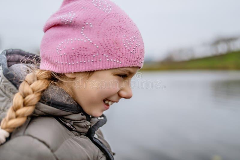 Weinig mooi glimlachend meisje in roze hoed royalty-vrije stock afbeeldingen