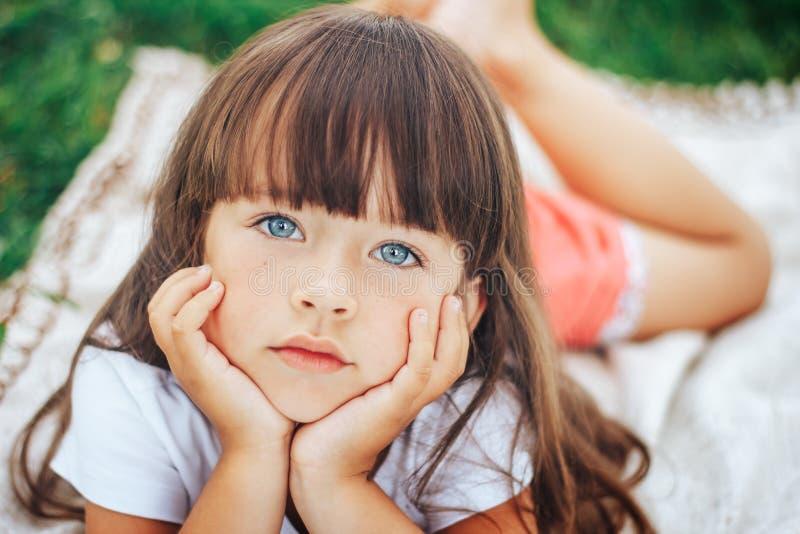 Weinig mooi leuk meisje die camera blauwe ogen bekijken royalty-vrije stock fotografie