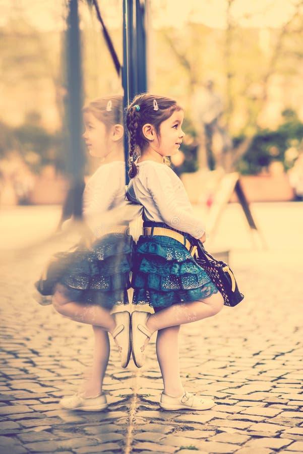 Download Weinig Mooi Meisje Die Op De Stadsstraat Lopen Stock Foto - Afbeelding bestaande uit aanbiddelijk, emotie: 54086302