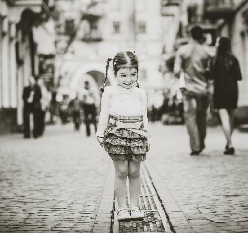 Download Weinig Mooi Meisje Die Op De Stadsstraat Lopen Stock Afbeelding - Afbeelding bestaande uit wijfje, openlucht: 54086305