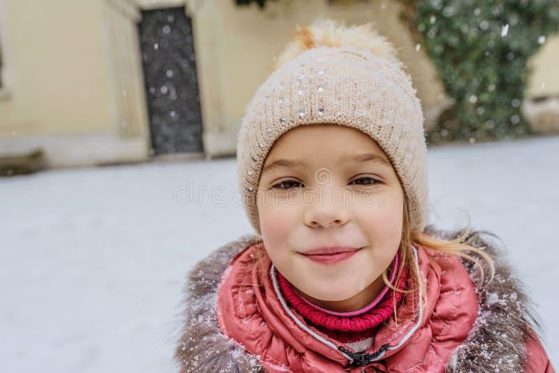 Weinig mooi meisje loopt in Wawel, Krakau royalty-vrije stock afbeelding