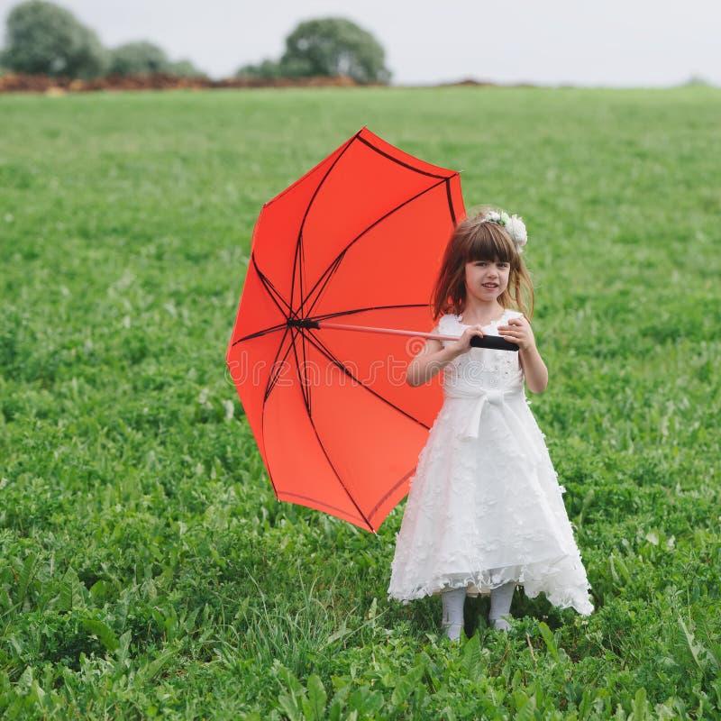 Weinig mooi meisje met bruidkleding royalty-vrije stock foto