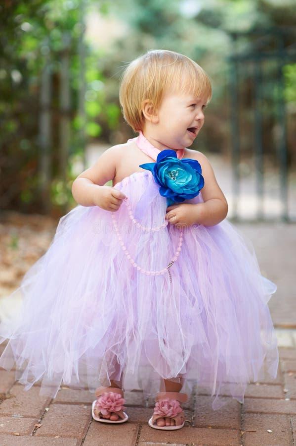 Weinig mooi meisje met parels het schreeuwen royalty-vrije stock foto's