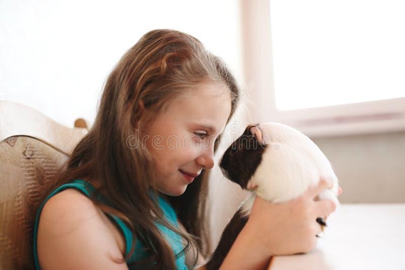Weinig mooi meisje met proefkonijn royalty-vrije stock foto