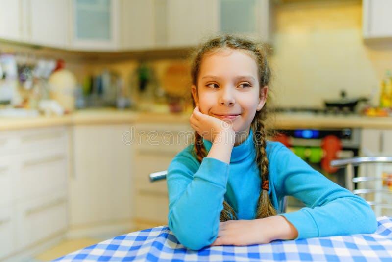 Weinig mooi meisje op keuken royalty-vrije stock foto's