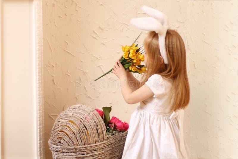 Weinig mooi meisje in witte kleding en konijntjesoren royalty-vrije stock fotografie